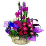 çikolata ve sepette çiçek   Çanakkale çiçekçiler