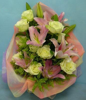 11 adet gül ve 2 adet kazablanka buketi  Çanakkale çiçek online çiçek siparişi