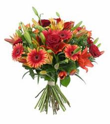 Çanakkale çiçek siparişi vermek  3 adet kirmizi gül ve karisik kir çiçekleri demeti