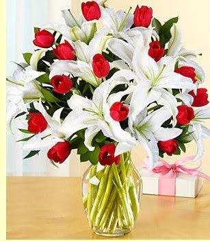 Çanakkale hediye sevgilime hediye çiçek  3 kazablanka 10 kırmızı gül vazosu