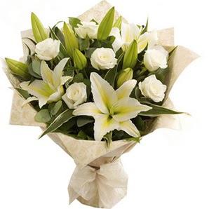 Çanakkale çiçek gönderme sitemiz güvenlidir  3 dal kazablanka ve 7 adet beyaz gül buketi