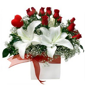 Çanakkale anneler günü çiçek yolla  1 dal kazablanka 11 adet kırmızı gül vazosu