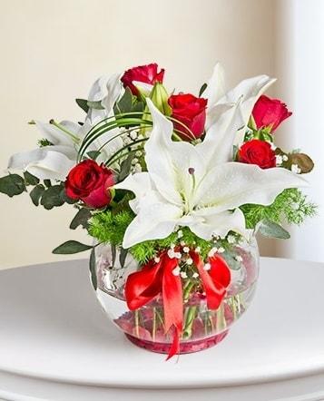 Fanus Vazoda 2 Lilyum ve 5 Gül Dansı  Çanakkale çiçek siparişi vermek