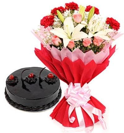 Karışık mevsim buketi ve 4 kişilik yaş pasta  Çanakkale anneler günü çiçek yolla